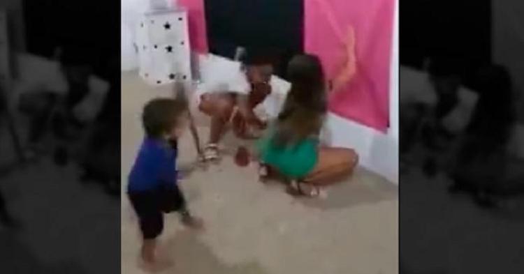 Niñas Bailan Reggaetón y su Hermanito las Agarra a Escobazos